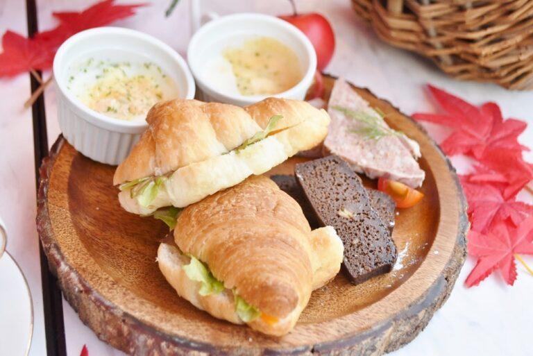 時計回りに、チーズグラタン、ガトーショコラ、パテドカンパーニュ、チーズとサニーレタスのクロワッサンサンド。