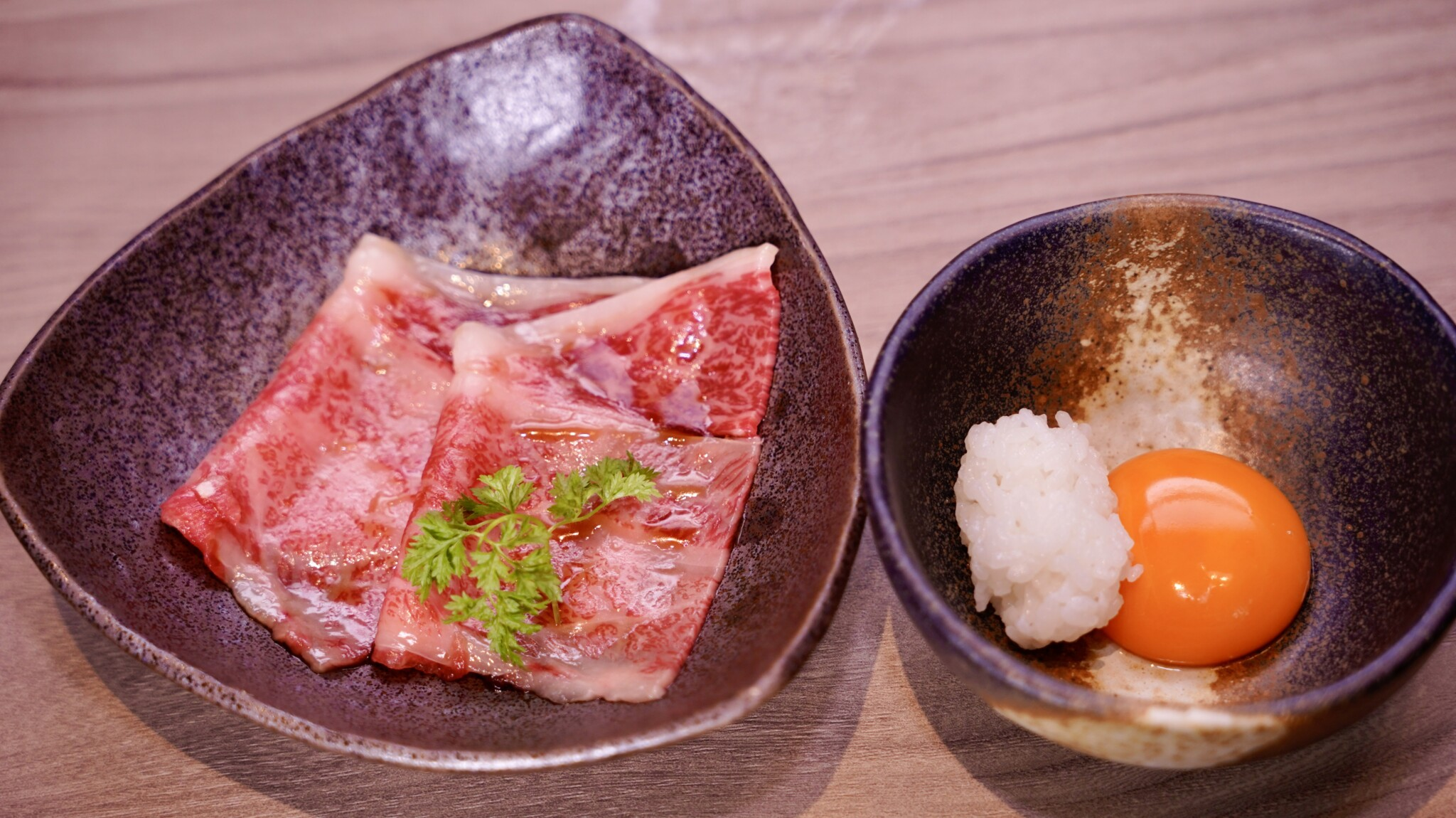 霜降りA5黒毛和牛「近江うし」を渋谷でカジュアルに!完全個室の焼肉店〈にくTATSU 渋谷店〉オープン。