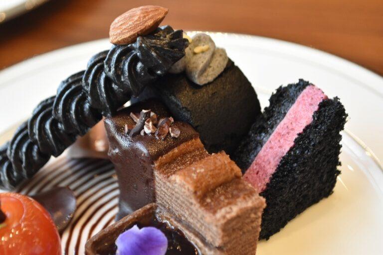 「魔女の指(メレンゲクッキー)」、「チョコレートバームクーヘン」、「ムースカシスポワール」。