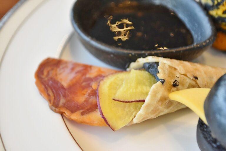 チョリソーやさつま芋を胡麻クリームとコーン生地に詰めた「黒胡麻のコルネ」。