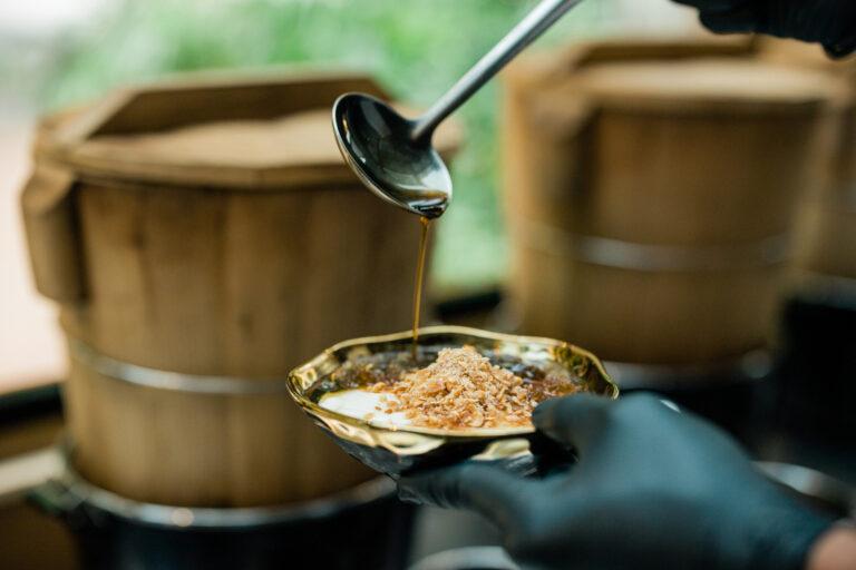 黒糖の甘味とピーナツ粉の香ばしさが特徴。トッピングをシロップに混ぜると、しっとりとした食感に。
