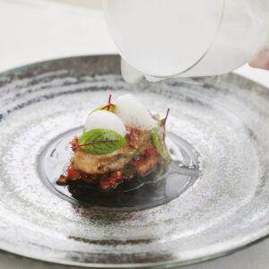 北海道の牡蠣とイベリコ豚を使ったラタトゥイユ。あさりのだしやエシャロットで風味がいい。