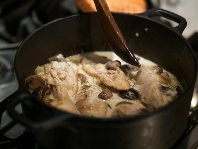 チキン、きのこ、白ワイン、生クリームを加えて煮込む。「フリカッセ」とはフランスの家庭料理で「白い煮込み」という意味。