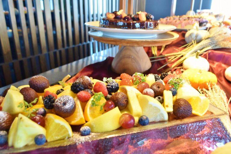 パイナップル、ライチ、ベリー、ぶどうなどのフルーツも好きなだけいただける。