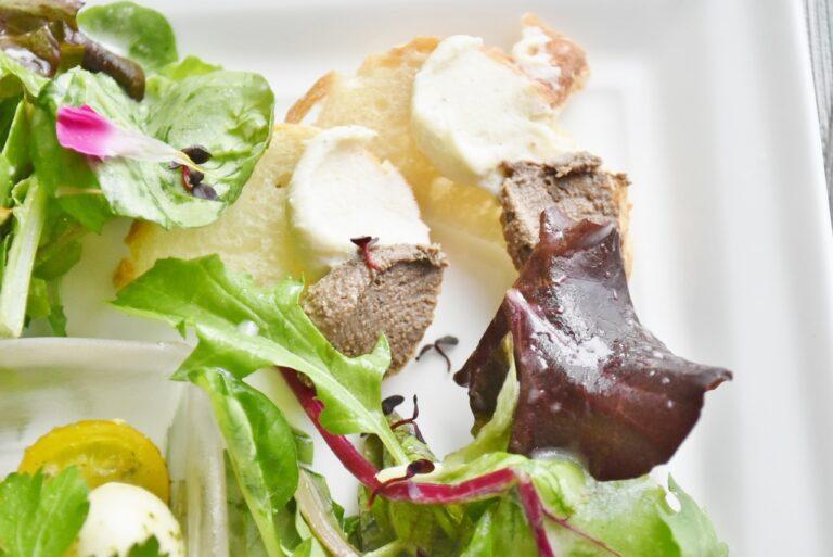 カリカリのパンにレバーペーストとクリームチーズをディップ。