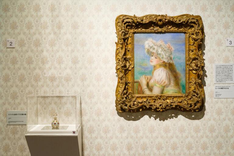 ピエール・オーギュスト・ルノワールの『レースの帽子の少女』(1891年)。左にあるのは同時期の19世紀後半に作られた『エナメル金彩バラ文香水瓶』。 Photo:Yuya Furukawa