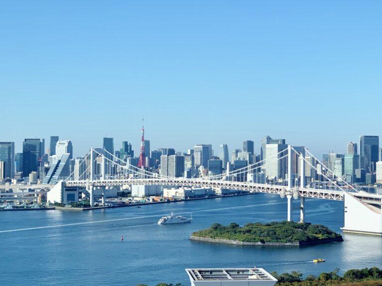レインボーブリッジはもちろん、席によっては〈船の科学館〉や東京港トンネルも一望。