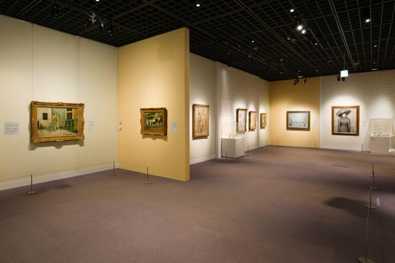 左の2つがモーリス・ユトリロの作品。奥には28名中唯一女性のマリー・ローランサンの作品も。 Photo:Yuya Furukawa