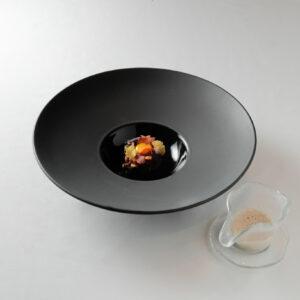古屋シェフによる温前菜「広島県産神石牛 淡路玉葱とバルサミコソース」。