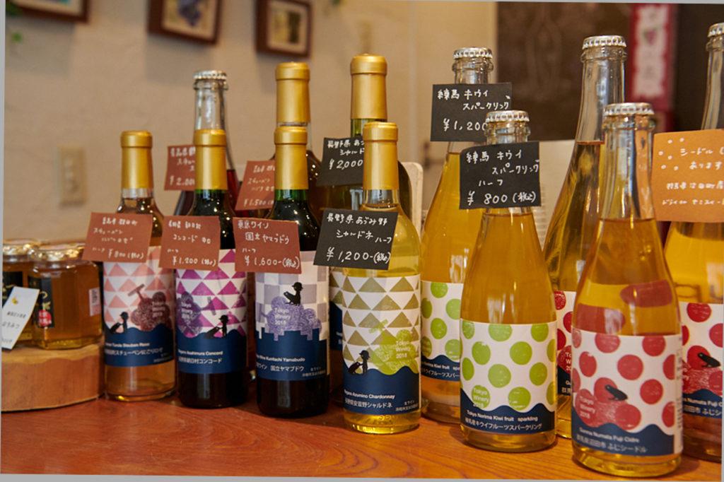 〈東京ワイナリー〉では、ワインも直接購入できます。東京・国立のぶどうを使ったワインや、練馬のキウイを使った珍しいスパークリングワインも。(時期によって販売しているワインは異なります)