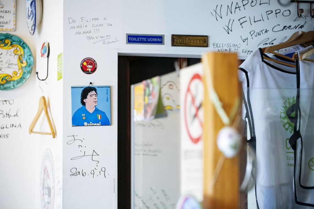 世界的に有名なピッツァ職人のサインや、ナポリを思わせるかわいいアートや雑貨が店内の壁を彩る。