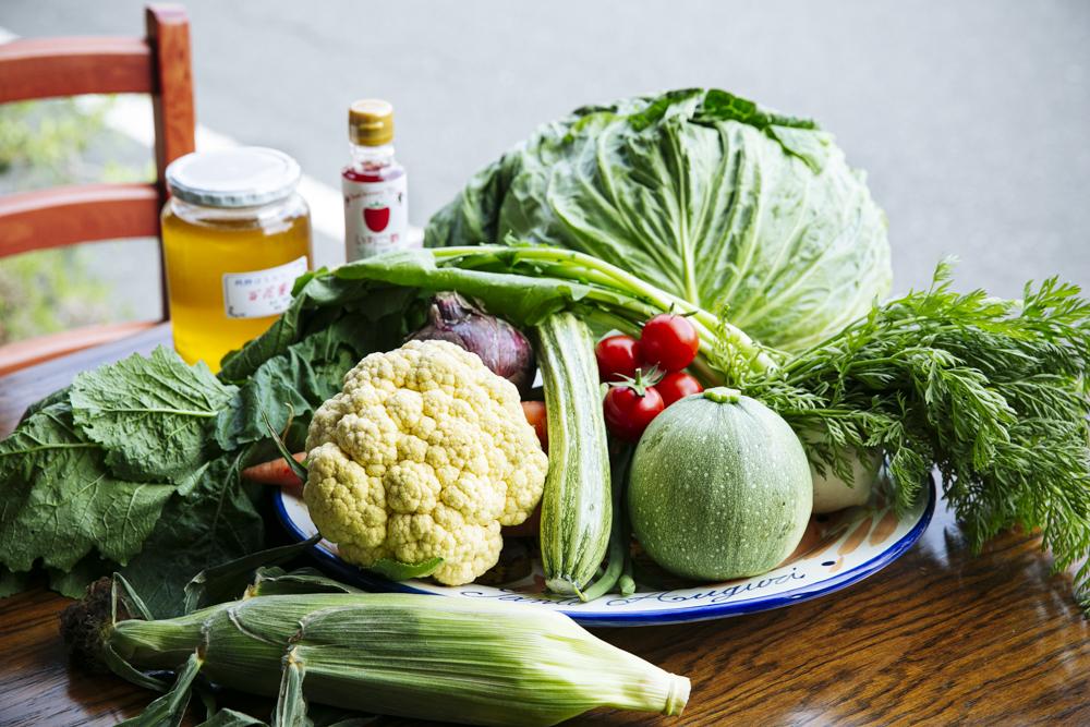 ご近所の農家さんから毎日届く新鮮野菜。お隣さんやご近所の飲食店とLINEグループを作り、ほしい野菜をまとめて発注している。
