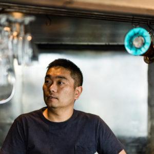 食品関係の会社勤務を経て、2009年にカレー店〈negombo 33〉をオープン。