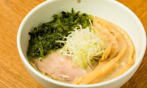 山田さんがお気に入りの定番メニューは、看板商品の鶏白湯にアオサのトッピング。濃厚なのにしつこくなくさっぱりとした味わいの秘密は、ダシの隠し味に使っている狭山茶の効果もあるのでしょうか?