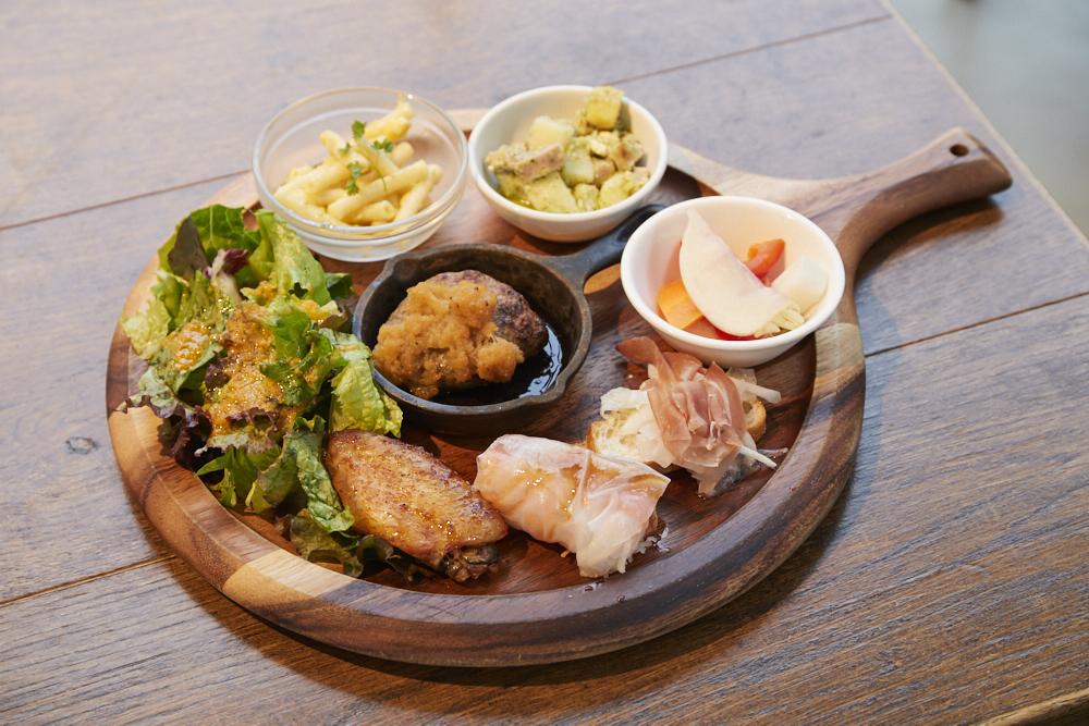 〈オザキフラワーパーク〉に併設されている〈グロワーズカフェ〉。旬の野菜料理を並べたGROWERSプレートランチ1、480円。