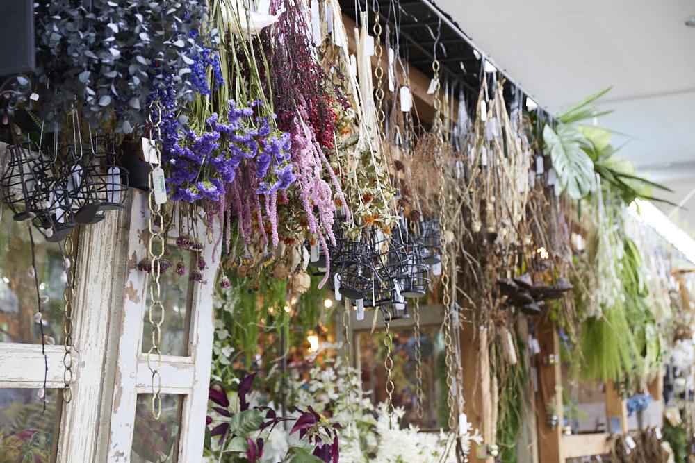 1Fの一角には、ドライフラワーや造花の販売コーナーも。売り場のディスプレイを参考に、自宅インテリアのアクセントにしてみては。