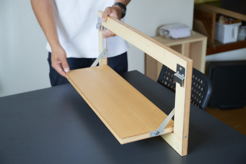 壁さえあればどこでも棚やデスクにできる「タナプラス」は、細田さんの職人としての知識や生活者としての不満や怒りが、柔軟な発想と結実して生まれたオリジナル製品。