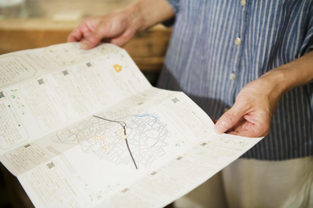 小森さんが手にしているのは、大泉の小さな個人店を掲載した「大泉隠れ家MAP」。〈copse〉の帰りに、この冊子を片手に街歩きを楽しむのもおすすめです。