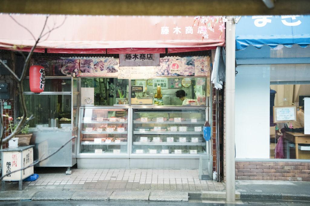 店の向かいでは、唐揚げやコロッケが並ぶ昔ながらの精肉店が元気に営業中。懐かしい風景が残る商店街には、駅前とは異なる穏やかな時間が流れています。