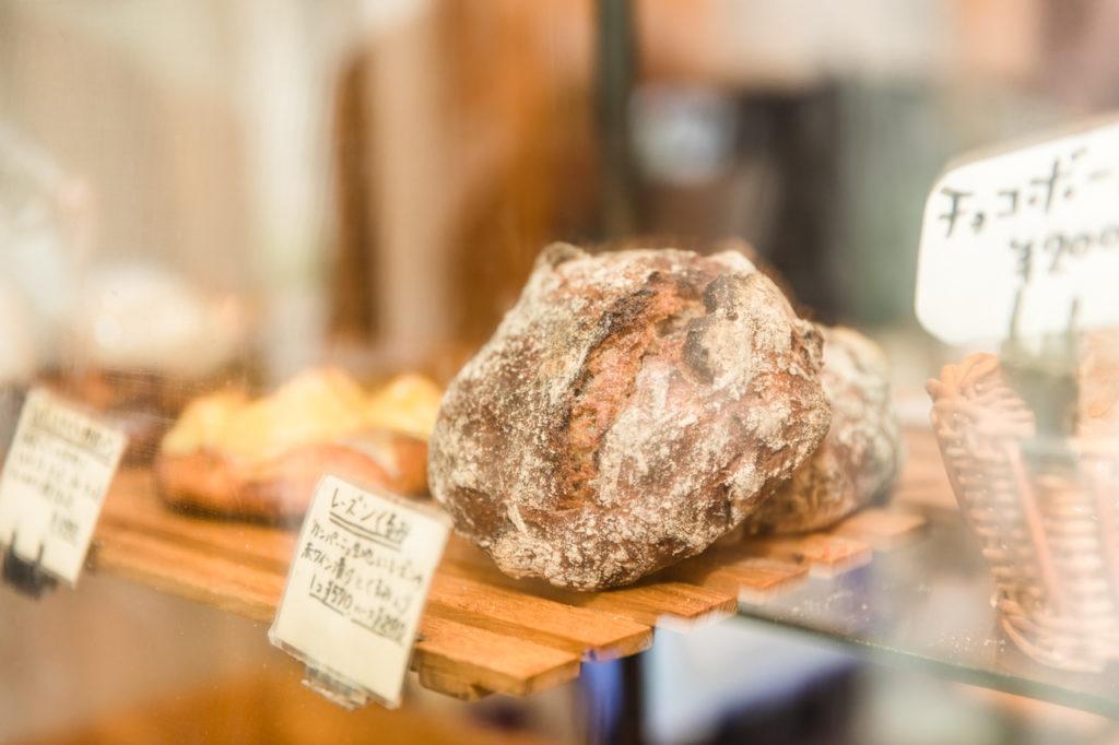 ショーケースには、小麦やレーズン酵母を使った全粒粉やライ麦のハード系のパン、食パン、バターたっぷりのブリオッシュなど、店内で焼き上げる種類豊富なパンがずらり。その一つひとつが、個性的で存在感たっぷりの〈パーラー江古田〉のパンたち。そのおいしさは都内でも屈指の評判ですが、「うちはパン屋と思われがちですが、スタートはエスプレッソ屋なんです」と原田さん。