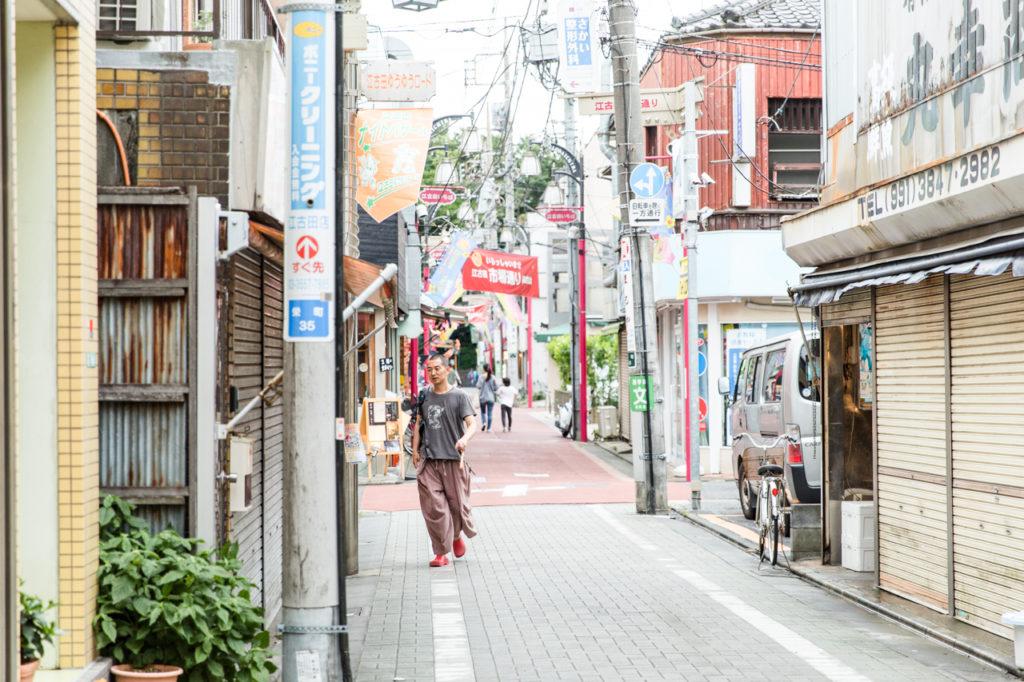 """そうして、江古田駅北口に位置する約8坪の小さなテナントを借り、念願のカフェをオープン。武蔵野音大が近くにある立地も追い風になったとか。 「音大の教授や学生さんって、ある程度ヨーロッパを意識している人が多いから、僕らが提供するエスプレッソやパンが受け入れられやすかった。BGMになんとなく雰囲気でオペラを流していたら、たまたまお客さんがオペラ歌手で曲のことやイタリアのことを教えてくれたり。カウンター7席の狭いお店でしたから、お客さんと自然と会話が始まるのが日常でしたね」 原田さんの作るパンが地元でたちまち評判になり、雑誌やメディアに取り上げられることも増え、〈パーラー江古田〉はこの街の顔になるまでに発展。広いカフェスペースと工房を備えた現在の一軒家に移転してからも、お客さんとよく""""会話""""をする原田さんの接客スタイルは変わりません。"""