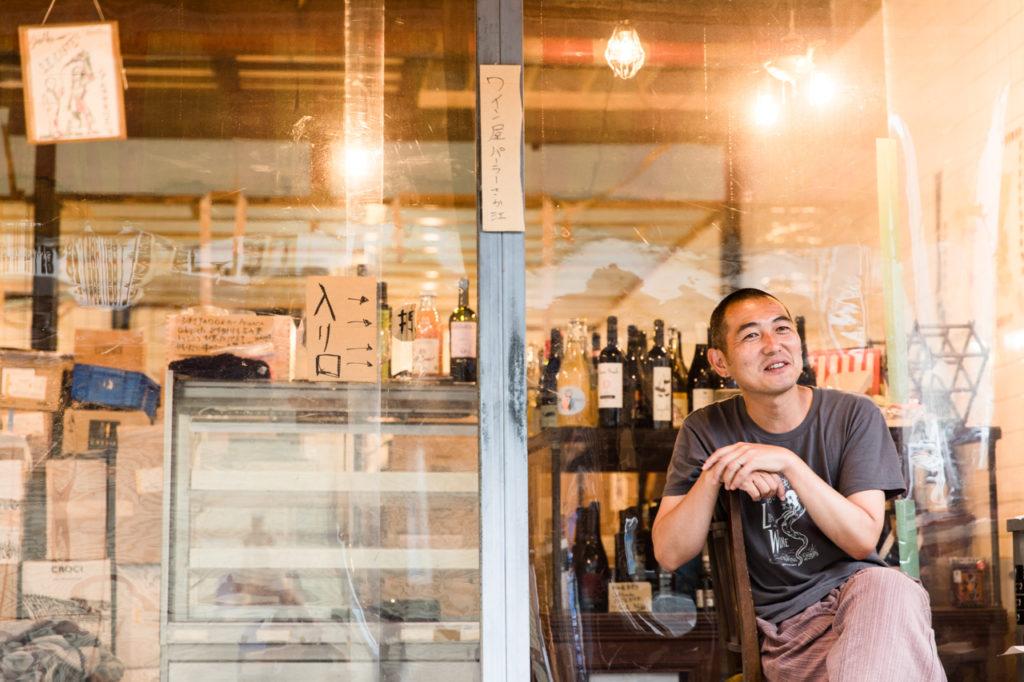 江古田市場通りの〈九州蒲鉾店〉跡地に昨年末にオープンした〈パーラーさか江〉。生産者の想いが詰まった国内外の自然派ワインや食材を購入できます。