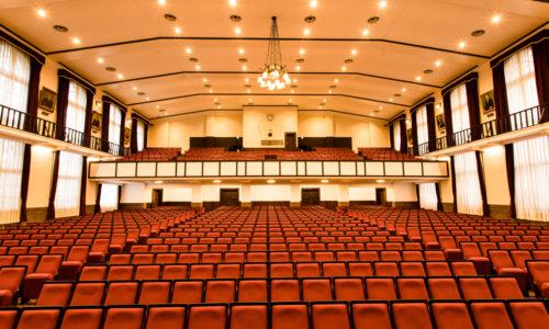 武蔵大学ご出身の原田さん。「古い建物が好きなんです。この大講堂は早稲田大学の大隈記念講堂や日比谷公会堂を手がけた、建築家の佐藤功一氏が設計したんですよ。外観も内観も造りがかっこいいです」