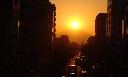 「冬場はびっくりするぐらい大きな富士山を拝むことができます」と三浦さん。見事なダイヤモンド富士が見られる冬至前後の日没時には、その荘厳な姿をカメラに収めようとする人たちで賑わいます。