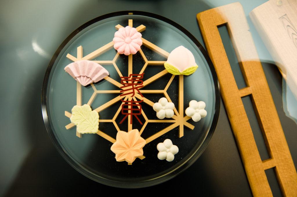 職人が手づくりしている木型に入れて固めただけの、純和三盆糖100%の干菓子。四国東部に伝わる伝統的な和菓子です。