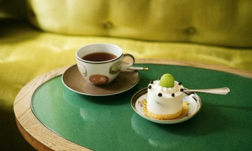 小宮さんのお気に入りは、季節のフルーツを使用したショートケーキ680円。この日は、シャインマスカット、プラム、桃、ブルーベリーの4種から選ぶことができました。かわいい特注のソファで、イートインも可能です。