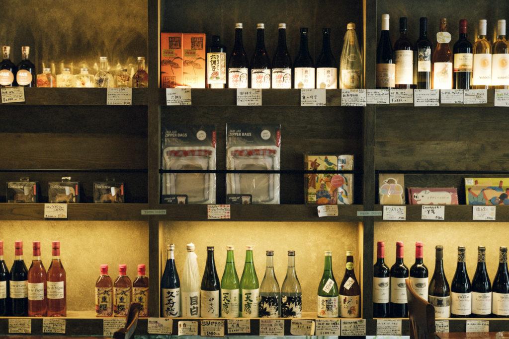 ワインも焼酎も日本酒も、まんべんなくそろっているのも酒屋ならでは。小宮さんが飲んでおいしいと思ったものだけをセレクト。抜栓料(700ml未満300円、700ml以上1,000円)を支払えば、食事と一緒にいただけます。