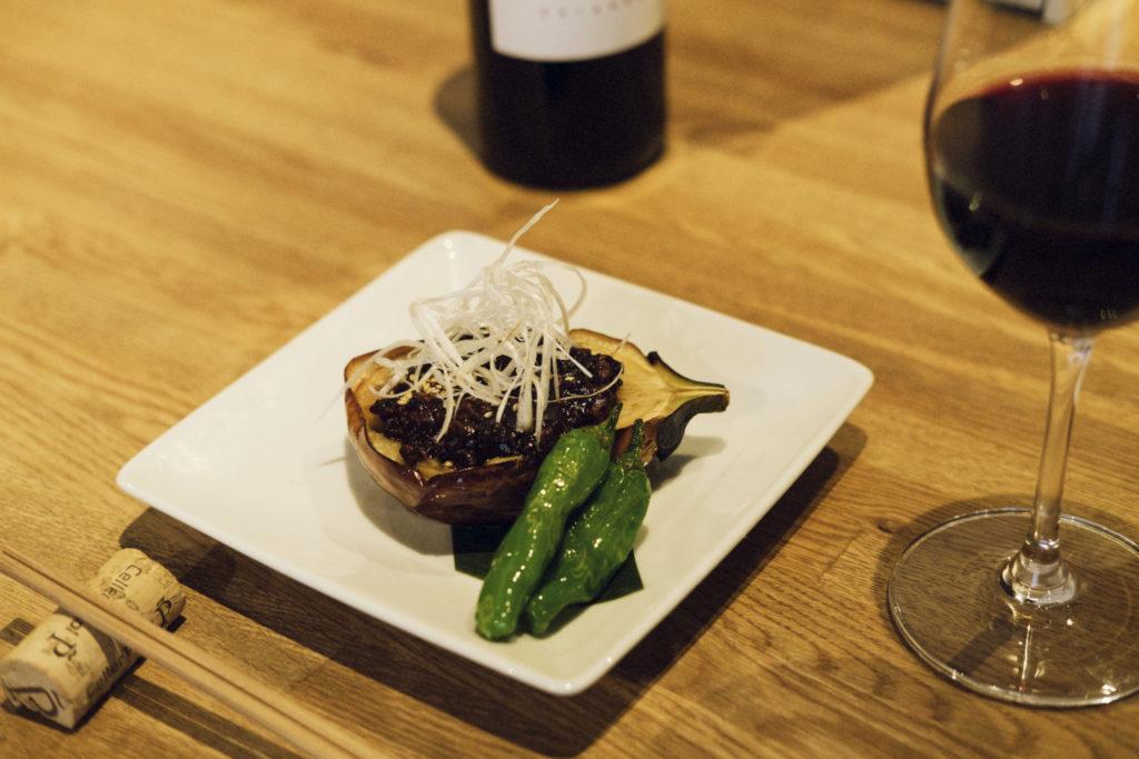 「茨城県産有機丸なすの肉みそがけ」680円と、グラスの赤ワイン「カステーリョ・エンゲラ・クリアンザ」500円を合わせて。