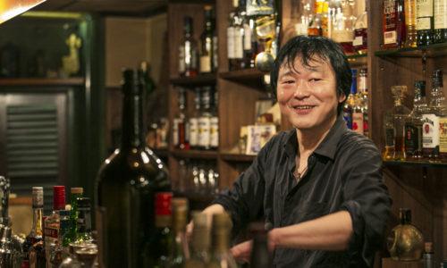 """「僕が練馬に来た頃からずっと通っている店。朝方まで営業していて、料理もおいしく使い勝手も抜群です」(矢立さん)。矢立さんが""""練馬の兄貴""""と慕う、店主ジュンさんの人柄も素敵で、一見でも和ませてくれます。"""