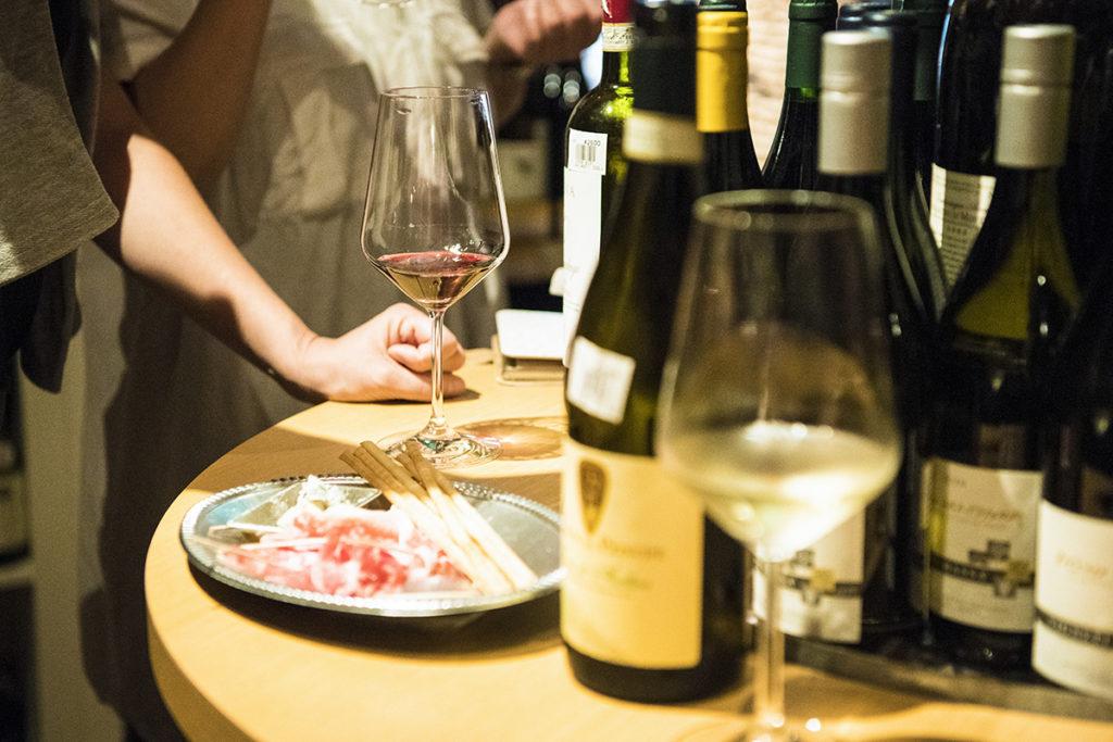 """大通りから1本入った静かな住宅街に潜む<エノテカ・アリーチェ>は、地元のワイン好きたちの""""秘密基地""""のような存在として親しまれています。"""