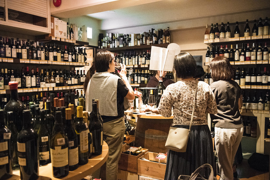 ワイン樽がテーブルに早変わり。店内のスタンディングカウンターやテラス席でもワインを楽しめ、このフランクさもまた、イタリア現地のお店を彷彿とさせます。