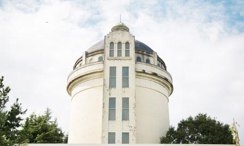 岩崎さんがこのあたりを自転車で走っていると急に目に入ってきたというこのレトロな趣の塔。住宅街の中に突如現れるこちらは、昔、多摩川の水を多くのエリアに供給するために建てられた配水塔でした。