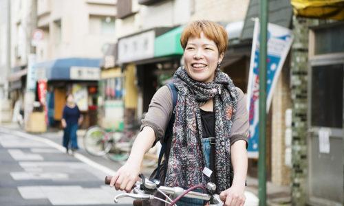 岩崎さんもよく訪れるという「薬師あいロード」を案内してもらいました。新旧のお店がずらりと並ぶ商店街はのんびりとした空気が流れていました。「私にとって癒しの場所なんです」。