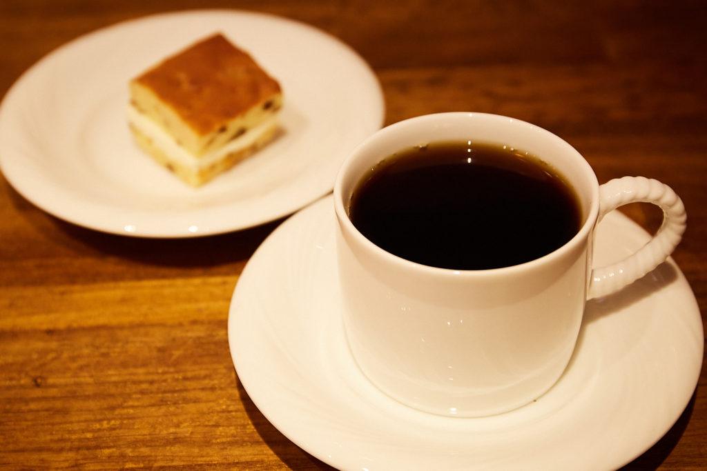 「Dr.ブレンド」400円と、今月のケーキから「ラムレーズンのクリームケーキ」350円(各税込)。パティシエの方に〈Kieido〉のコーヒーに合わせたオリジナルレシピで作ってもらっている。12月は一番人気のダックワーズが発売に。