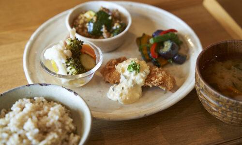 店内で食べられる「組む定食」はお好みのおかず4種、ごはん、汁もの、ドリンクがついて1,450円(税込)。この日は、鮭フライ 自家製タルタル添え、マーボーズッキーニ、クラシックラタトゥイユ、野菜のピクルス。