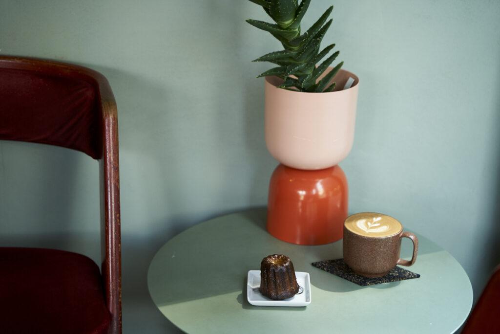 練馬春日にある〈コンビニエンスストア高橋〉のカヌレとコーヒーのセット950円(税込)。〈yumiko iihoshi porcelain〉のコーヒーカップは〈MIA MIA〉オリジナル。