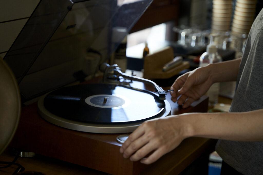 音楽好きなヴォーンさんはレコードで1枚ずつ音楽をかける。スタッフが忙しい時は、お客さまが変えてくれる時もあるそう。この空間を形づくるすべてのものにヴォーンさん、理恵さんの愛が詰まっている。