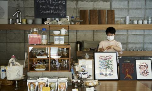 「コーヒーなら〈MIA MIA〉、紅茶ならこちらへと来てくださいます」と店主の岡本麻衣子さん。発酵の時間が短く、緑茶に近い「ファーストフラッシュ」と、しっかり発酵させた香りも色も鮮やかな「セカンドフラッシュ」が常時5〜6種類そろいます。