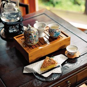 在寂靜籠罩下的獨棟建築內學習中國茶的禮儀