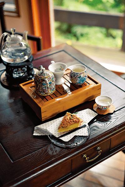 <圖>只摘取帶有細毛嫩芽芽尖、產量稀少的白茶.白毫銀針1600圓、堅果塔500圓(皆為含稅價)。