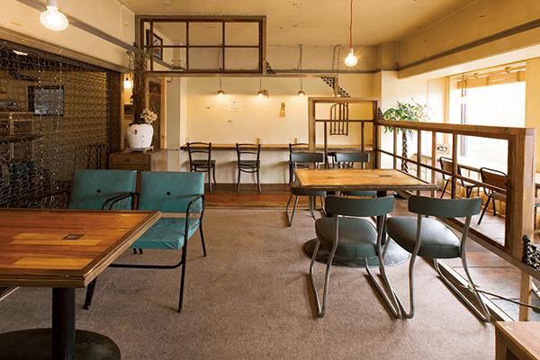 位於鴨川沿岸有著大片落地窗,令人心曠神怡的咖啡館