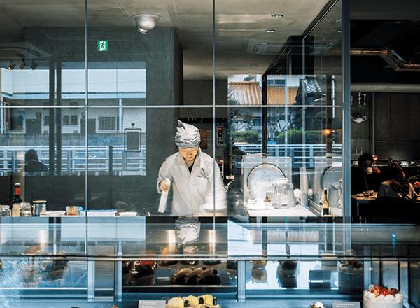 從器皿到燈光設計,ASAKO IWAYANAGI以高雅灰色為基調,打造甜點店的低調華麗感。