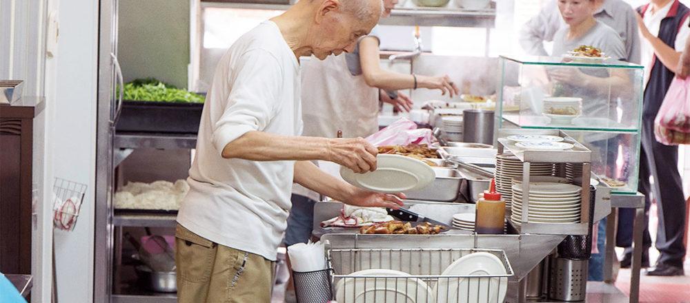 89歲的老闆魅力十足,儼然活招牌,吸引客人多遠都遠道而來「老麵店」