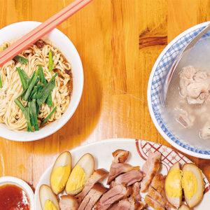 89歲的店主魅力十足,儼然活招牌,吸引客人遠道從日本而來的「老麵店」