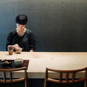 京都〈冬夏〉呈現茶藝廊的嶄新概念,在充滿美感的空間中,了解茶葉的原味。