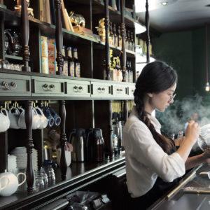 隨處瀰漫的50年代俄羅斯風情、藏身狹小階梯二樓的「紅茶圖書館」:台灣兩間別具特色的古典咖啡廳